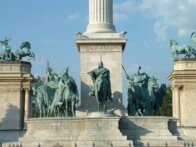 Budapest - Plaza Heroes - Base Columna