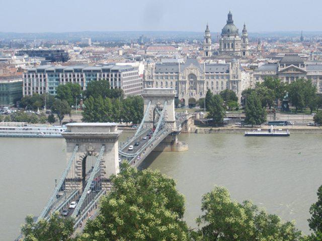 Cruzar y admirar el Puente de las Cadenas de Budapest