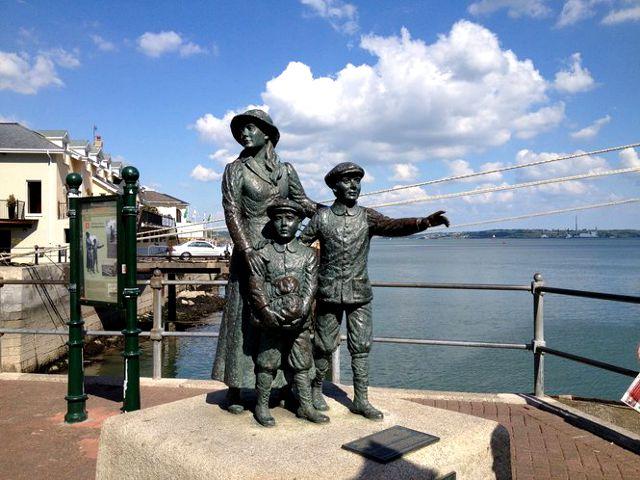 Irlanda - Cobh - Estatua Annie Moore