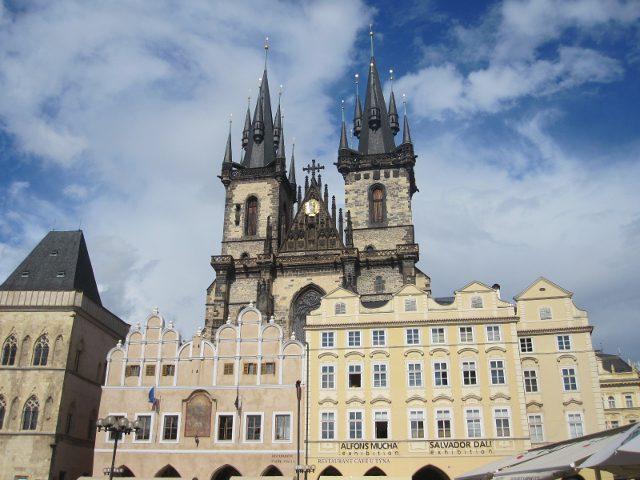 La Iglesia De Tyn De Praga Vigilando El Corazon De Stare Mesto